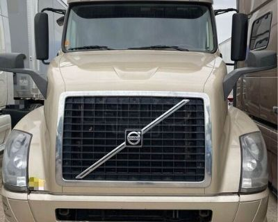Ready to Work 2013 Volvo VNL Conventional Sleeper Cab Semi Truck