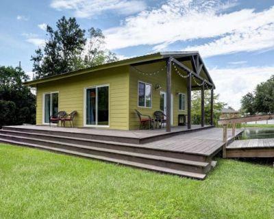 Cottage on a pond, walking distance to everything Cajun! - Breaux Bridge