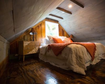Tranquil Treehouse Cottage, King Bed, River View - Waterford