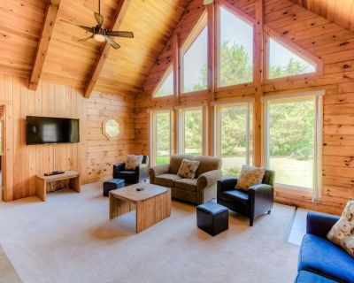 Three-story dog-friendly house w/large deck, wood swing, firepit, lawn, & more - Livingston