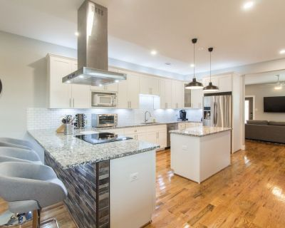 New Contemporary (316) Home 5 min from ATnT Stadium Ball Park 6 Flags Water Park - Central Arlington