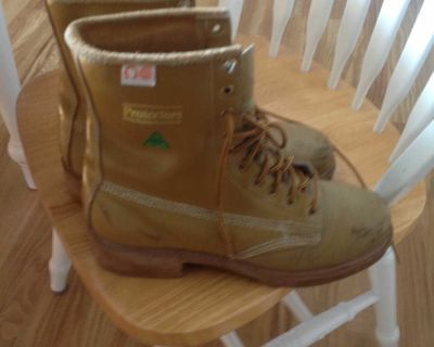 Men's sz 9 CSA approved steel toed work boots
