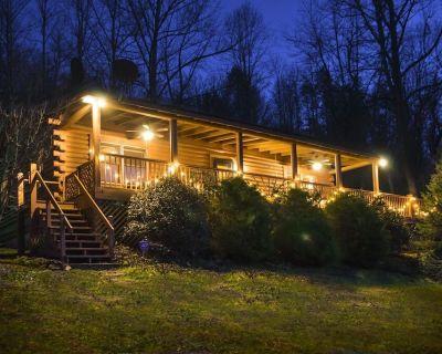 Stoneledge Cabin - Romantic Log Cabin, Hot Tub, Creek, Stone Fireplace, New WiFi - Hendersonville