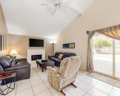 Golf course home w/ Ping-Pong & foosball - two miles from fairgrounds - dogs OK! - Indio