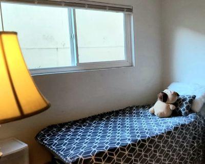 Private room with shared bathroom - Santa Rosa , CA 95404
