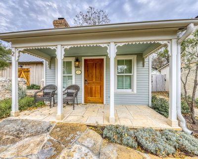 Sweet Cabin Near Downtown with Private Hot Tub - Perfect for a Romantic Getaway! - Fredericksburg