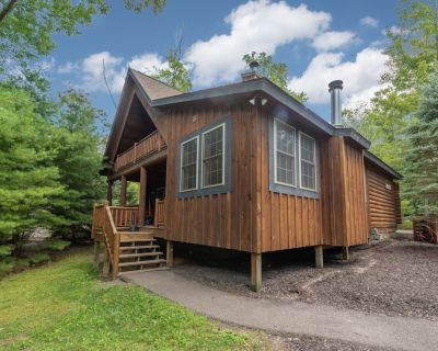 Wooded Log Cabin w/Indoor Hot Tub, Pool Table, & 2 Wood Fireplaces! - Thayerville