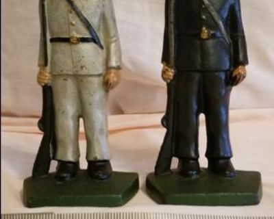 Blue and Gray Civil War Statues.