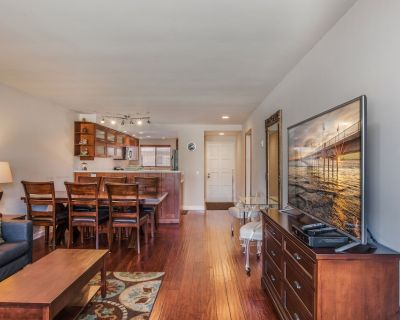 Contemporary Condo Steps from the Beach - Belmont Shore