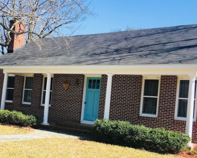 Heart Haus, 5/4, sleeps 16, 6 blocks to Main St, HOT TUB, Check out our MURAL! - Fredericksburg