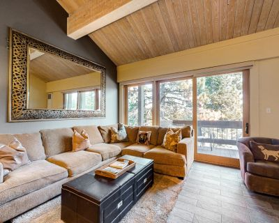 Ski-in/out condo w/shared pool, tennis, gym & more - golf nearby! - Truckee
