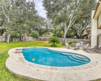 Dog-friendly chic home w/private outdoor pool, gas grill, & enclosed backyard - North San Antonio - SAT