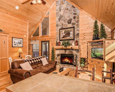 Private Wears Valley Cabin in the Woods w/ Hot Tub. Close to Hiking & Rafting! - Wears Valley