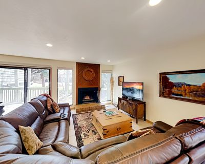 Spacious Retreat w/ Multiple Living Areas, Wet Bar & Private Hot Tub - Park Meadows