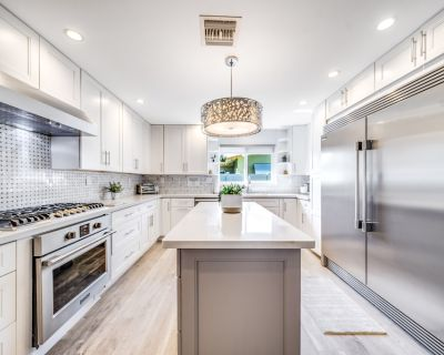HOT TUB + POOL TABLE! WALKING DISTANCE TO THE BEACH! MODERN GEM - Cypress Point