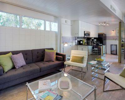 Sleek & contemporary condo w/ modern furnishings plus a shared pool & hot tub - Twin Palms