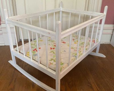 25 x19 and 19 high wood baby doll rocking bed/crib with floral bed pad