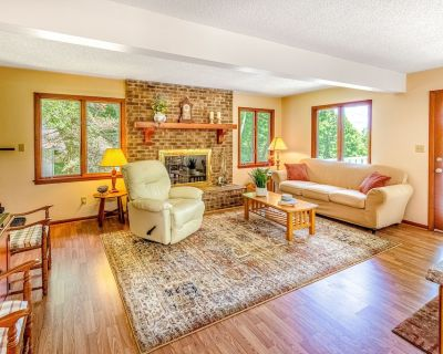 Beautiful Three-level Home W/free Wifi, Firepit, Private Pool Table, Deck, & AC - Whittier