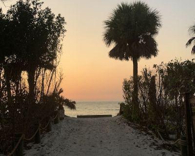 Steps To Gulf Beaches Golf Cart Pools Hot Tub Kayak Bikes Tennis Farmhouse Decor - Jose's Hideaway