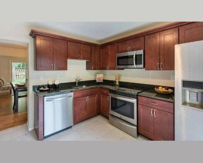 Room for rent in Valencia Way, Reston - 1 Bedroom w/ Dedicated Bath Available in 3br/3.5ba Townhouse