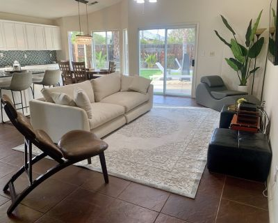 Recently updated 3 bedroom King suite with swimming pool! New look and furniture - Bakersfield