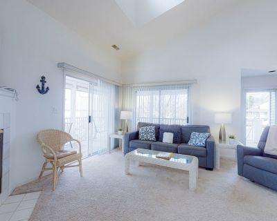 Sea Colony Tennis 2nd floor condo w/ shared gym, basketball court, and pool - Bethany Beach