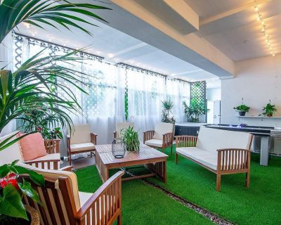 Artfully arranged, open and inviting 2 bedroom suite with a private yard. - Pico - Robertson