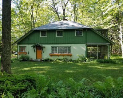 Sweet vintage cottage in Roaring Brook woods, walk to private beach and tennis. - Roaring Brook