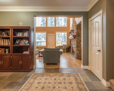 Deluxe home Superb lower Knoll location w laundry & Hot Tub - North Okanagan
