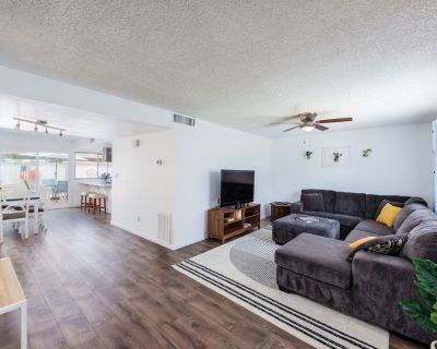 Open and Bright Tempe Townhome - Close to ASU & Mill Ave - South Tempe