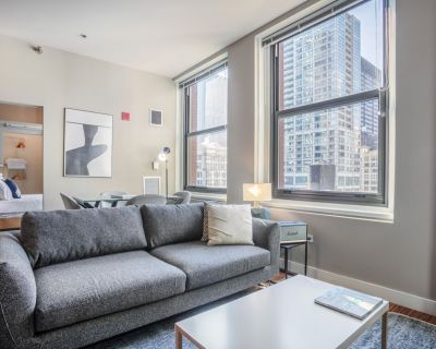 Lovely Loop 1BR w/ Gym, Pool, nr. Theatre District, by Blueground - Theatre District