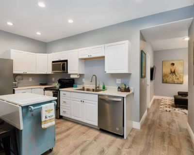 Stroll to Art, Dining, Farmers Market from Air Conditioned Suite w/ Spa-Like S - Old Colorado City