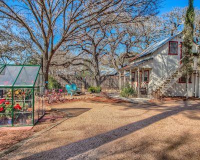 Charming Private 2-Story Cottage - Fredericksburg