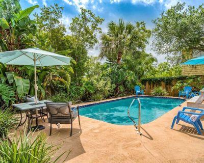 Beachy Chic House- Private Heated Pool, Covered Deck, 10 min. walk to Beach, River Boat Ramp 1 mi. - Butler Beach