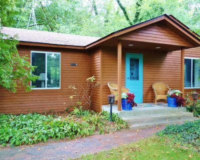 Blue Door Cottage steps from Warren Dunes State Park in charming Harbor Country - Sawyer