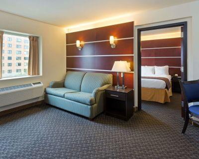 Days Inn & Suites by Wyndham Milwaukee - Milwaukee