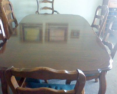Extendable dining room table with 6 chairs