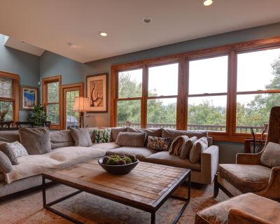Elegant Mountain Chalet with Breathtaking Views, Hot Tub & King Sized Beds - Asheville