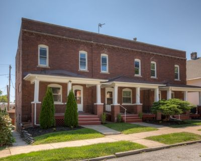 3507 Fabulous Midtown Townhome! Walk to TWO Entertainment Districts! - Southeast Omaha