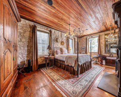 Enchanting downtown cottage w/copper soaking tub & courtyard - Fredericksburg