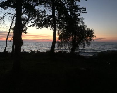 """Welcome to the """"Lake Cottage"""" where lake Michigan waves are calling - Ozaukee County"""