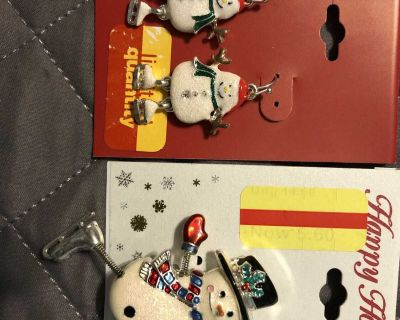 Nwt Ice skating snowman earrings & pin