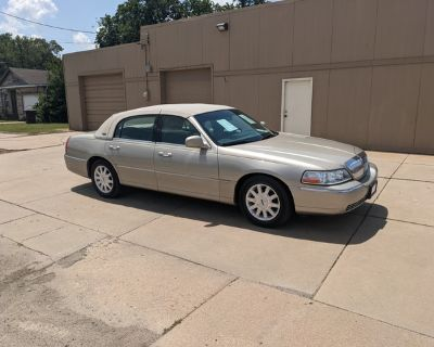 2011 LINCOLN TOWN CAR LIMITED LOADED 66000 LOW MILES!!