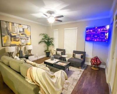 Luxurious Midtown Apartment 1Bed1Bath, sleeps 1-6 with balcony & free parking - Midtown