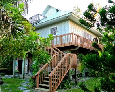 Old Florida Island Home - secluded with high speed internet + kayaks - Placida
