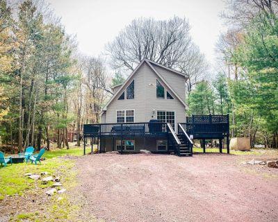 Secluded Getaway: Game Room, Hot Tub, Walk to Lake - Lake Harmony Estates