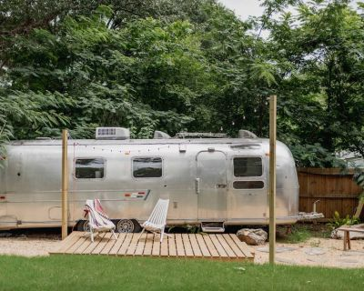 Serene MidCentury Airstream with outdoor fire pit - Belvedere Park