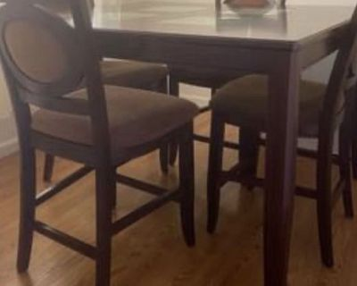 Dinner table 4 chairs ??
