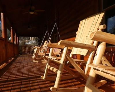 Brand New Quiet Cabin with Eight Seat Theater Room, Pool Table, Arcade, &Hot Tub - Pigeon Forge