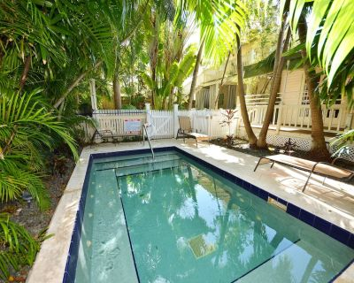Dog-friendly, Tropical Escape With Central Location, hot Tub, and Shared Pool - The Meadows